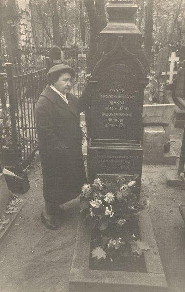 Дочь И.Н.Жукова Ирина на могиле отца в 1965 году